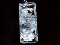 職人技で作られたペンダントトップ!浮彫皇帝龍本水晶プレート 銀彫